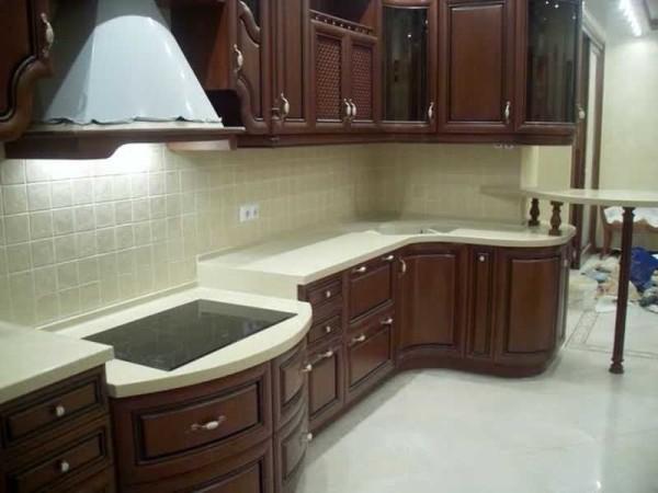 Еще пример кухонной мебели со столешницами на разном уровне