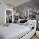 Урбанистические пейзажи в серых тонах неплохо смотрятся в спальнях стиля хай-тек