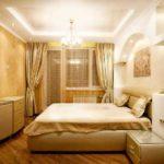 Спальня в классическом стиле, более яркими обоями оклеена противоположная от кровати стена