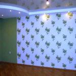 Комбинация однотонного фона на основных стенах и цветы того же тона почти на белом фоне