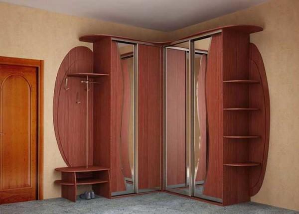 Угловой шкаф-купе в прихожей использует все свободное пространство