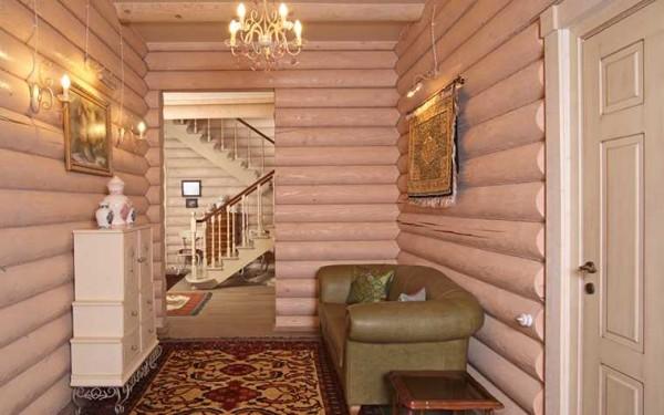 Счастливы обладатели просторных коридоров и прихожих, в которых может поместиться даже небольшой диванчик