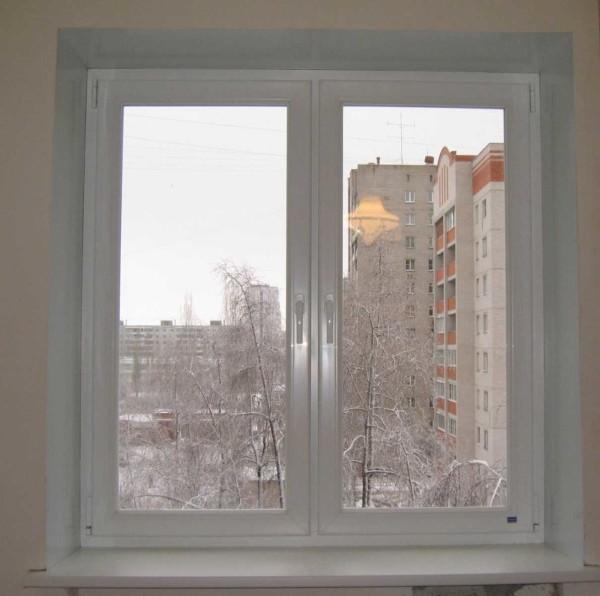 Окно с откосами из пластика (сэндчич-панели)