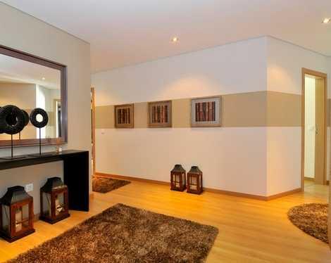 Широкая горизонтальная полоса -еще один способ покрасить комнату в два цвета