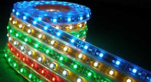 Светодиодные ленты бывают одноцветными и универсальными - меняющими свой цвет при помощи пульта управления