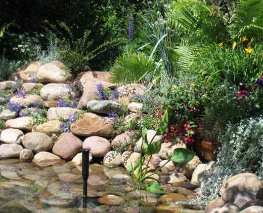 Валуны - отличный способ оформить берег пруда