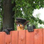 Фигурка на деревянном заборе))