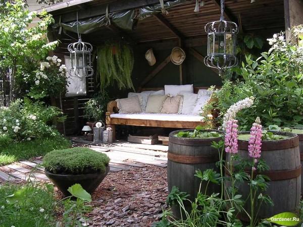 Уютные местечки и арки, перголы, цветники, вьющиеся розы - признаки романтического стиля в оформлении участка