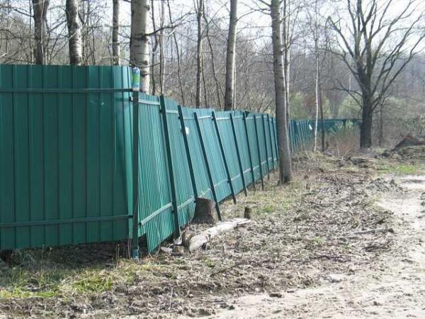 Недостаточное заглубление опорных столбов привело к тому, что забор покосился