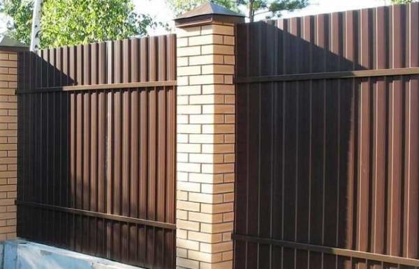 Это вид со двора на забор с двусторонней окраской
