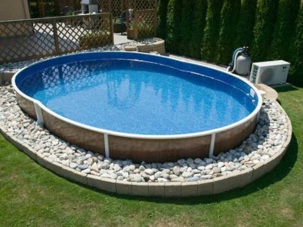 Обсыпать бассейн по периметру галькой, чтобы было удобнее ходить, а песок не носился по участку