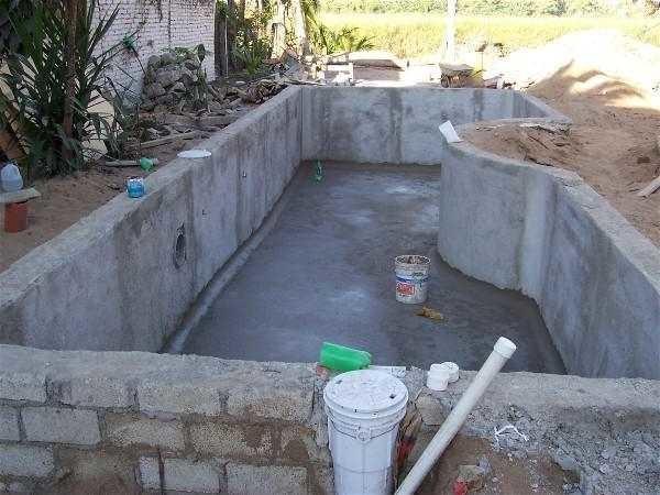 Начальный этап строительства стационарного бассейна