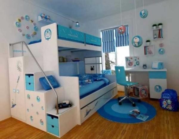 Сбоку кровать превращена в систему хранения. Практичный вариант
