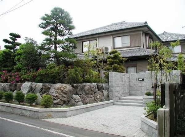 Оформление в японском стиле - обилие камней и интересные хвойные