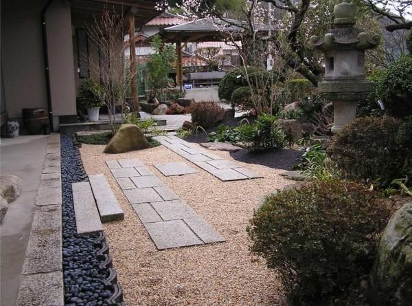 Отличная идея для оформления двора возле садового домика: щебень и галька, плиты в качестве дорожки - грязь не будет нестись в дом