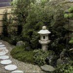 Дорожка, небольшой фонтанчик в традиционном исполнении