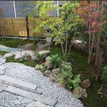 Плиты, камни, щебень, растения - все это на фоне газона