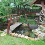 Садовый пруд, оформленный в стиле кантри