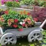 Тележки и деревянные колеса - традиционные элементы сада в стиле кантри
