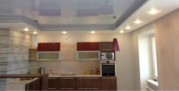 Светлый потолок - и кухня более просторной кажется