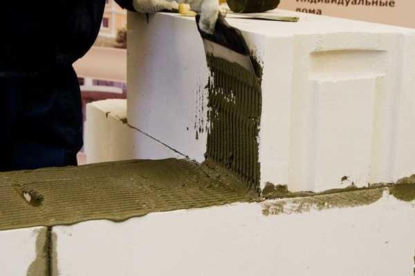 Как наносить клей под газобетон