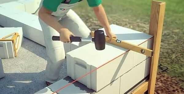 Сбоку прибивают две планки, к которым уже крепят шнурок для отбивки уровня ряда