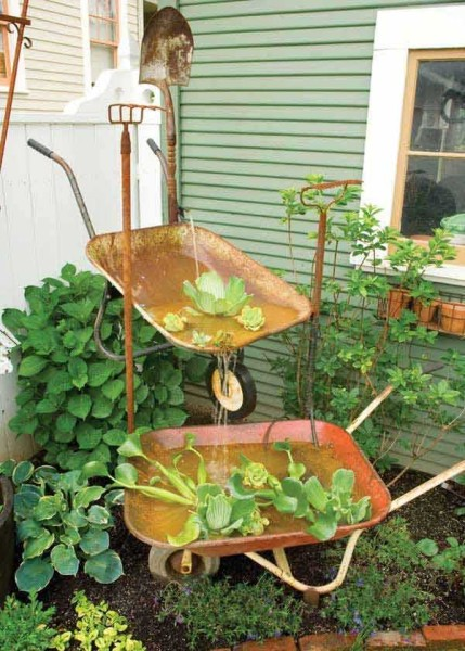 Фонтан-каскад из садовых тележек