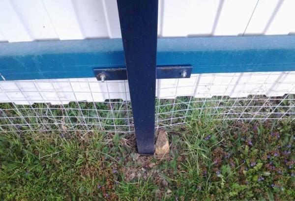 Фундамент для забора из профлиста лучше сделать с заливкой верхней части бетоном, иначе ветровые нагрузки со временем разболтают столбы