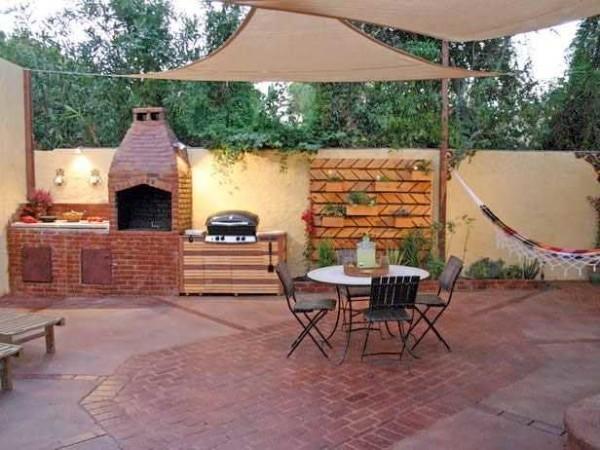 Площадку под летнюю кухню можно выложить тротуарной плиткой