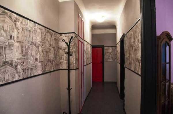 Четко обозначенная полоса слегка опускает потолок и раздвигает стены в стороны