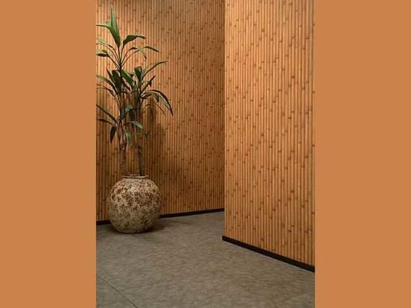 Бамбуковые обои отлично комбинируются с гладким винилом близкого оттенка