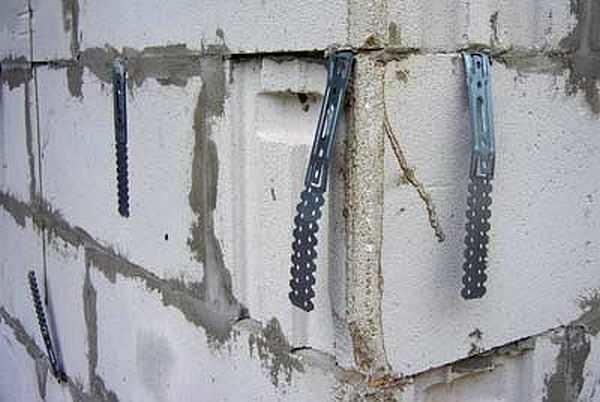 Вставленные в швы монтажные пластины для связи с кирпичной отделкой пенобетона, но они - оцинкованные и через несколько лет отделка из кирпича может упасть