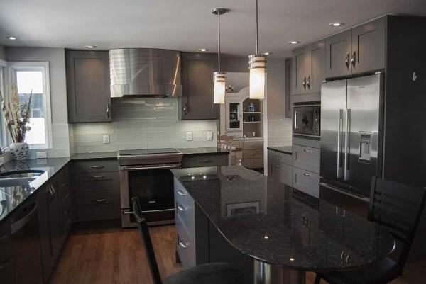 В широкой кухне U-образная планировка удобна тем, что по центру можно поставить обеденный стол