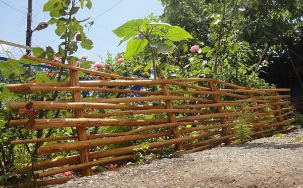 Забор плетень своими руками можно сделать и из толстых веток