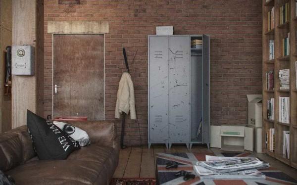 Металлический шкафчик из заводской раздевалки -