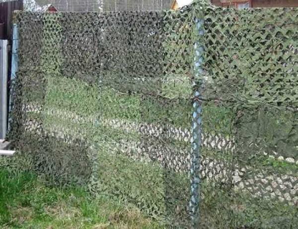 Маскировочная сетка на заборе значительно снижает просматриваемость участка