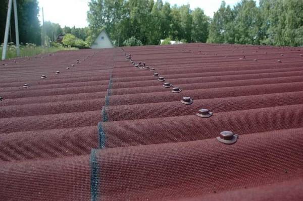 Крепление одндулина на крыше садовой бытовки