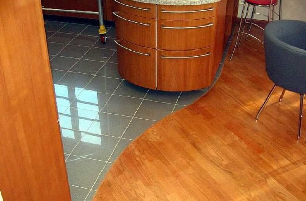 Удачное соединение плитки и ламината