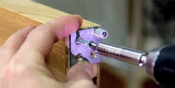 Устанавливаются поводки на верхнюю часть складывающейся половинки двери