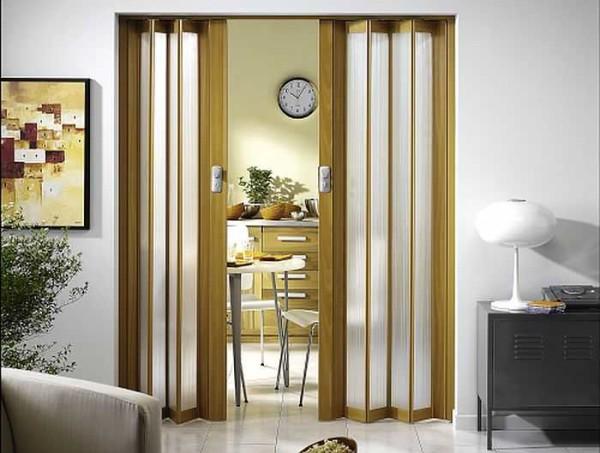 Если коридор очень маленький, можно поставить межкомнатную дверь-гармошку
