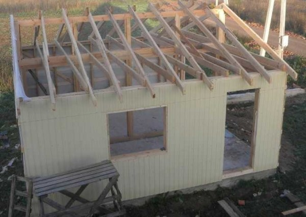 Стены готовы, укладываем мембрану на крышу