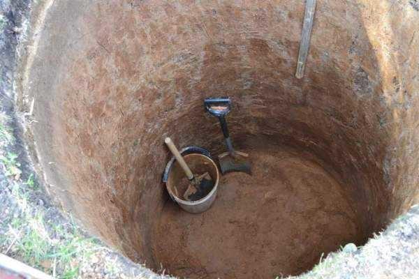 Сначала копают шахту до водоносного слоя, потом в нее ставят кольца