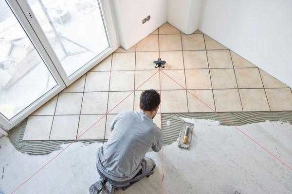 Как использовать лазерный уровень для укладки плитки на полу
