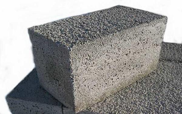 В обыкновенном легком бетоне вместо щебня используют легкие заполнители