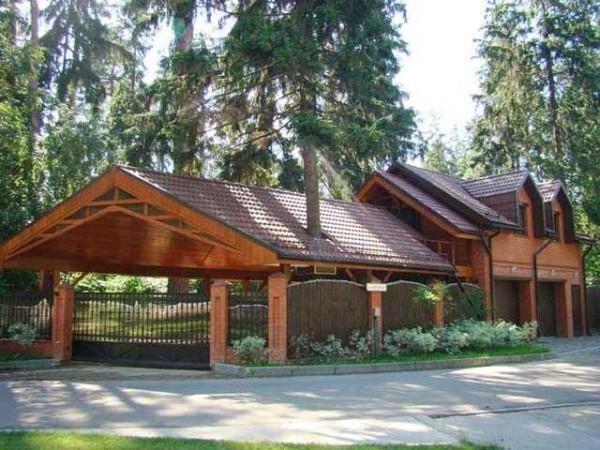 Пристраивая навес к дому имеет смысл сделать крышу похожей