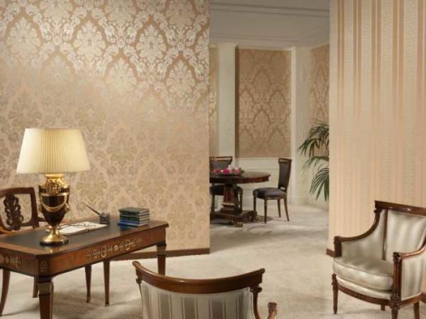 Теплые оттенки обоев подойдут для гостиных, выходящих окнами на север или запад