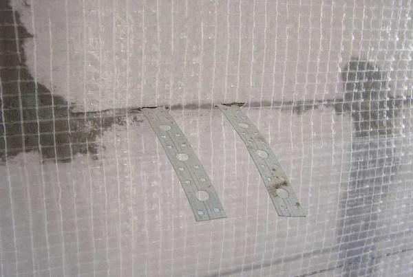 Гибкие связи в швах, если их нет, пластинки просто прикручивают на саморезы