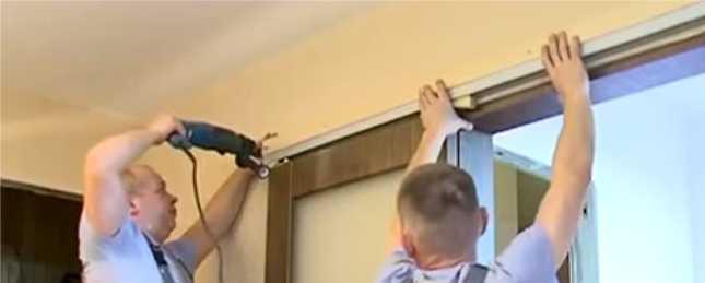 Закрепляем двери на стене
