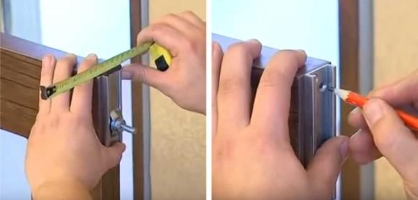 Разметка места установки роликов на двери