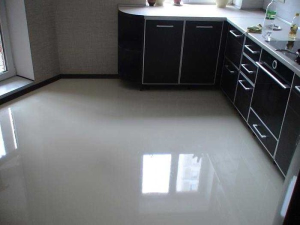 Наливные полы на кухне - неплохо смотрятся, да еще и по функционалу хороши
